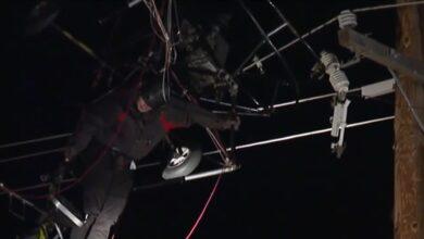 Photo of Чоловік вирішив політати на дельтаплані, але застряг в електродротах: відео