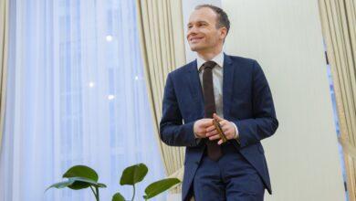 Photo of У кабінеті догори ногами: міністр юстиції Малюська знову показав свої незвичні навички – фото