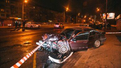 Photo of ДТП в Києві на Перова: автомобіль врізався в зупинку громадського транспорту – фото