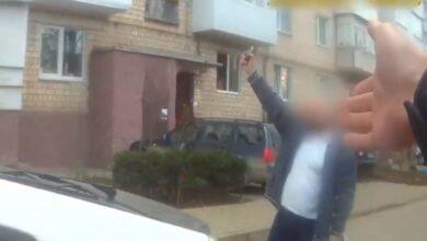 Photo of У середмісті Чернівців чоловік погрожував підірвати гранату: відео