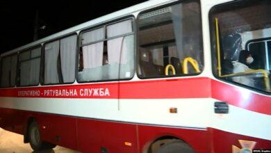 Photo of Протести у Нових Санжарах: з'явилось відео, як агресивні жінки кидали каміння в автобуси