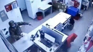 """Photo of Озброєний чоловік у Києві пограбував відділення """"Нової пошти"""": відео"""
