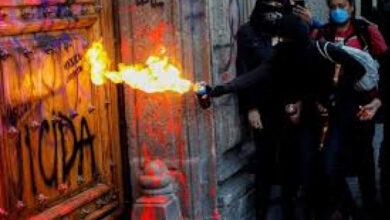 Photo of У Мексиці у зв'язку зі вбивством жінки спалахнув протест: Президентський палац обмалювали фарбою