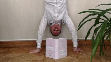 Photo of Малюська розсмішив соцмережі новим фото, де він читає книгу, стоячи на руках