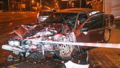 Photo of У Дніпровському районі Києва вночі сталася аварія: Автомобіль BMW врізався в зупинку, де були люди