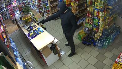 Photo of Відео дня: Продавець в магазині відбився від озброєного грабіжника шваброю
