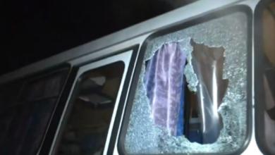 Photo of У мережі з'явилося відео з людьми, які кидали каміння в автобуси у Нових Санжарах