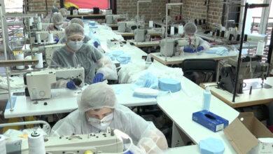 Photo of Замість модного одягу – маски: підприємства у всьому світі перепрофільовують
