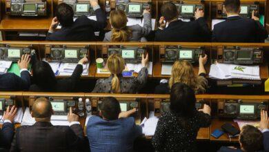 """Photo of Частина """"слуг народу"""" закликала ухвалити """"антиколомойський"""" законопроєкт, аби уникнути дефолту"""