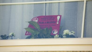 Photo of В Угорщині хворі та з підозрою на коронавірус повинні клеїти на свої будинки спеціальні знаки