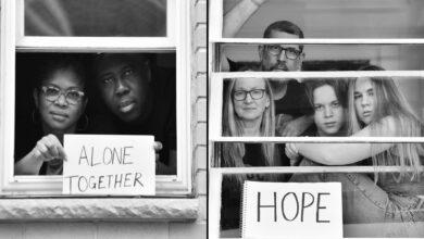Photo of Фотограф показав приголомшливі світлини сімей на самоізоляції: фото зроблені через вікна
