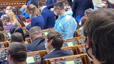 Photo of Нардепи прийшли до сесійної зали в масках та рукавичках, деякі одягнули захисні костюми