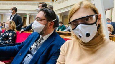 Photo of У масках і рукавичках: Депутати на засіданні парламенту в карантин