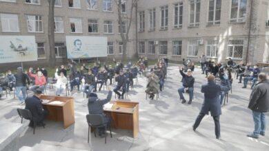 Photo of У Дніпрі депутати міськради провели засідання на парковці (фото)