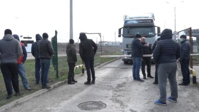 Photo of Далекобійники перекрили пункт пропуску на Буковині: що вимагають