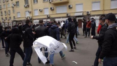 Photo of Фаєри та димові шашки під офісом Медведчука: поліція відкрила справу