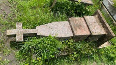 Photo of У Яворові вандал-рецидивіст повалив пам'ятники на кладовищі