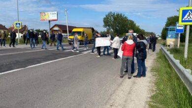 Photo of Мешканці Брюхович перекрили дорогу, вимагаючи створення окремої ОТГ