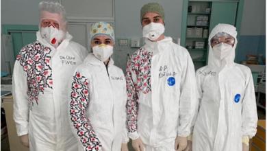 Photo of Медики Львівської обласної клінічної лікарні «перетворили» свої захисні костюми у вишиванки