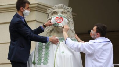 Photo of Львівські медики одягнули левів перед Ратушею у вишиванки та маски
