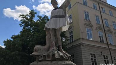 Photo of Античні статуї на площі Ринок одягнули у вишивані сорочки та маски