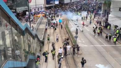 Photo of У Гонконзі люди знову вийшли на протести: поліція використала сльозогінний газ