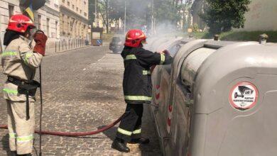 Photo of В центрі Львова хлопець недопалком спровокував пожежу у сміттєвому баку