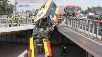 Photo of У Варшаві автобус з пасажирами впав з мосту і розламався навпіл – є жертви