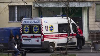Photo of Лежали ледь живі та закривавлені: у Києві жінка з дитиною випала з вікна