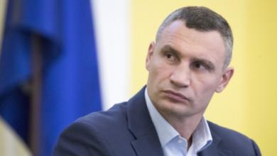 """Photo of З'явилася опція """"накостиляти"""": травмований Кличко прийшов на роботу на милицях"""