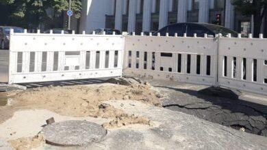 Photo of Біля Ради провалилася дорога – вулицю Грушевського перекрили