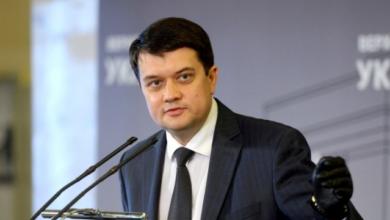 Photo of Скільки заробляє спікер Верховної Ради Разумков