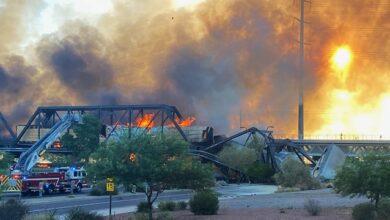 Photo of Міст розвалюється, дорога в диму: у США поїзд зійшов із рейок і загорівся