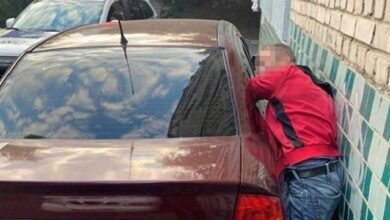 Photo of Хотів обікрасти і застряг: у Києві затримали злодія під час крадіжки з авто