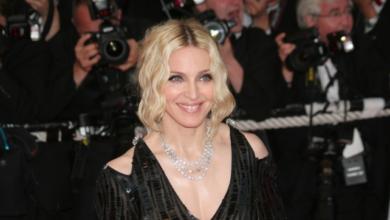 Photo of У капелюсі і на милицях: Мадонна знялася топлес у ванній