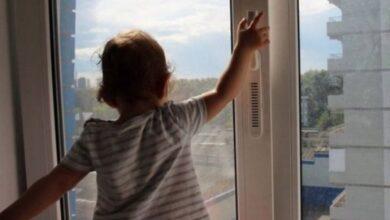 Photo of Смерть півторарічної дівчинки, яка випала з вікна багатоповерхівки. Поліція відкрила кримінал