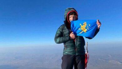 Photo of Альпініст Роман Городечний підкорив гору Арарат і розгорнув прапор Львова