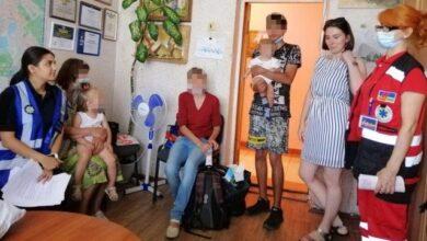 Photo of Дочка залишила дітей і пішла: у Києві бабуся кинула онучок у візочку біля магазину
