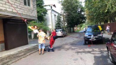 Photo of У Львові рятувальники за допомогою альпіністського спорядження транспортували жінку з інсультом