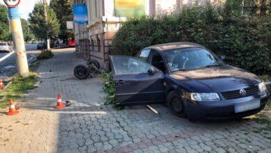 Photo of Жінці відірвало гомілку: у Чернівцях авто влетіло у зупинку