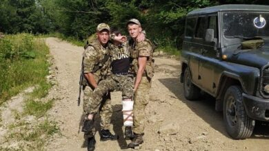 Photo of Заплутався у колючому дроті: прикордонники затримали порушників, що тікали до Румунії