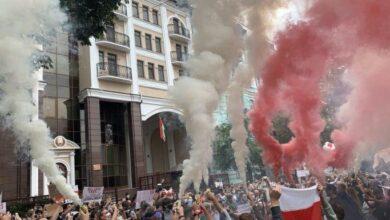 Photo of Протести в Білорусі: у Києві біля посольства активісти підпалили фаєри