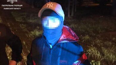 Photo of Відбилася тортом і сумкою. Патрульні затримали хлопця, який напав на жінку