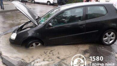 Photo of У Львові автомобіль провалився під асфальт
