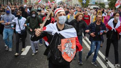 Photo of У Мінську мітингують 100 тисяч людей. Силовики затримують людей