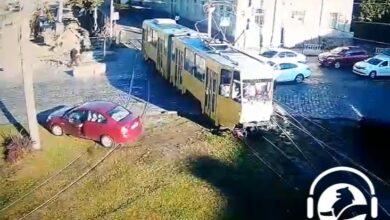 Photo of На Привокзальній трамвай протаранив легковик