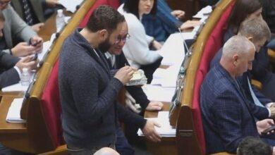 Photo of У Раді зняли відео, як депутати ховають екрани телефонів від журналістів