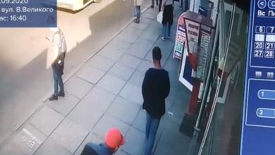 Photo of У Львові на зупинці в чоловіка вкрали 1800 доларів