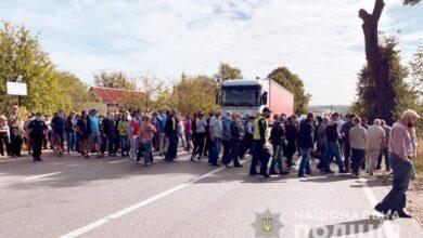 Photo of В Івано-Франківській області люди перекрили трасу – сотні авто стоять у заторі