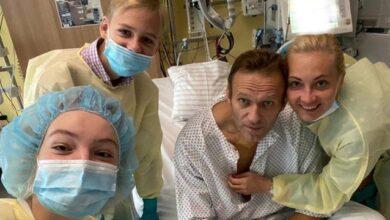 Photo of Вчора зміг дихати сам: перше фото Навального з лікарні після отруєння